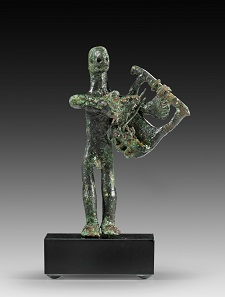Lot 27: Lyre player. Central Italy, 8th cent. BC. Solid bronze cast. H. 7.8 cm. Dark-green patina, some strings missing. In the U.S. American W.F. Collection since 1979. Estimate: 3,000,- euros. Hammer price: 14,000,- euros.