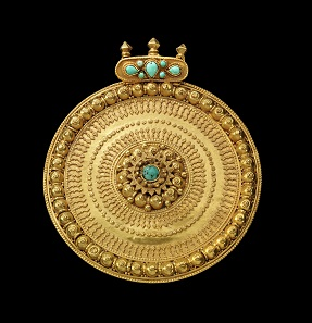Gold pendant with turquoise. Ottoman, 14th-16th cent. AD. 118.82 g. Diameter 9.2 cm. From V.L. Collection, Rhineland. Estimate: 3,000,- euros. Hammer price: 11,000,- euros.