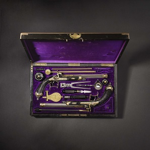 A pair of gold-inlaid deluxe percussion pistols by A. De Lezaack of Liège, manufactured circa 1860. Estimate: 28,000 EUR.