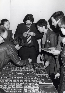 While the established coin dealerships had initially been skeptical of the new group of collectors, they too had to face the new development soon. This is a photo from the Basel coin fair 1976 which shows the table of the Bank Leu. Second on the right is Dr. Alan Walker, third from the right is Silvia Hurter. Photo: AMB.
