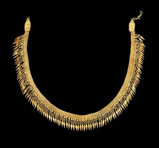 Lot 265a: Necklace with spear-head pendants. Late Classical times, 2nd half of 4th cent. BC. Gold. L 35.5 cm. 41.5 g. From the possession of the von Bismarck family. Few pendants are missing. Estimate: 30,000,- euros. Hammer price: 55,000,- euros.
