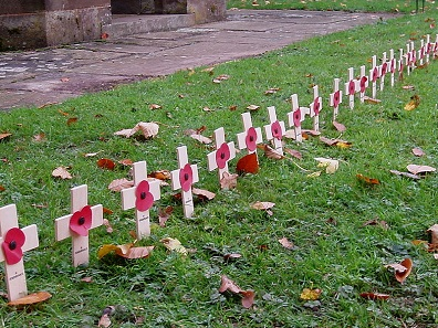 Wooden crosses with artificial poppies. Photo: Amanda Slater / Wikimedia Commons / CC BY-SA 2.0