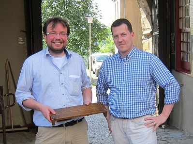 Christoph Raab (r.) hands over an abacus to a representative of the 'Schlossbauverein' as a gift for the collection on occasion of a visit by the VdDM at the Castle Burg. Photo: UK
