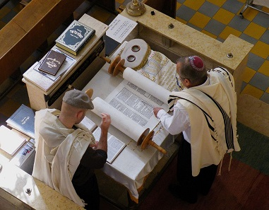 Torah scrolls continue to be an indispensable element of Jewish services. Photo: Roy Lindman / Wikimedia Commons / CC BY-SA 3.0.