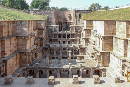 A railway line was supposed to be built directly at the stepwell Rani ki vav in Gujarat, a UNESCO-World Heritage site. The current law demanded a change of plan - that kind of consideration will not be necessary in the future. Photo: Bernard Gagnon / CC BY-SA 3.0