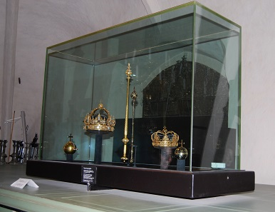"The imperial regalia placed in a ""safety display cabinet"" before the theft. Picture from 2008: UK."