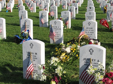 Decorated graves at Fort Logan National Cemetery in Denver/Colorado. Photo: Tony Massey / CC BY-SA 2.5.