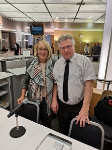 Ruth Niedermann (left) and Ruedi Kunzmann once again applied all their expertise in the organization of the International Coin Fair in Zurich. Photo: LS.