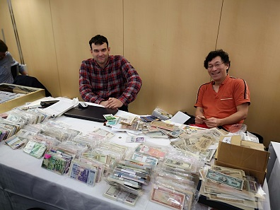 An extensive selection of banknotes was offered at the table of Henri Hirose. Photo: LS.