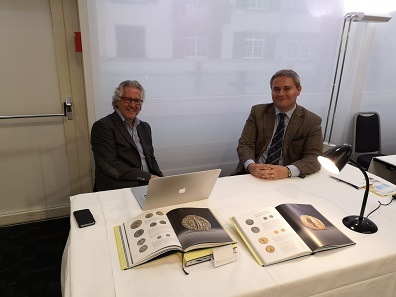 Before they rushed off to their own auction, Leu Numismatic AG also offered their expertise at the coin fair. Photo: LS.